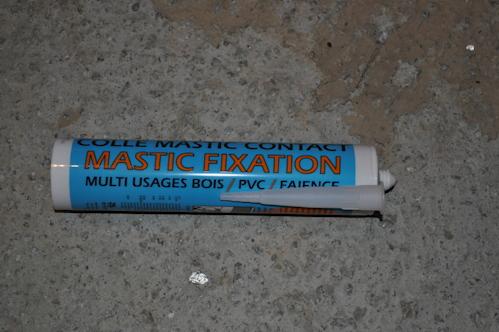 Mastic de fixation pour plinthes en bois